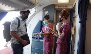 Pemeriksaan suhu tubuh dan Boarding Process penumpang pesawat Lion Air oleh Pramugari