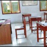 94053 dimas tengah belajar di kelas yang sepi