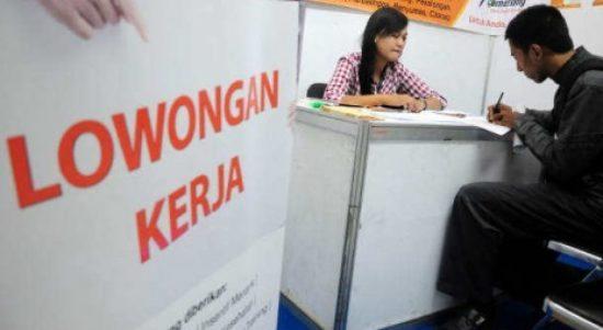 seorang pencari kerja mengisi pendaftaran di salahsatu stand perusahaan 121114012000 342