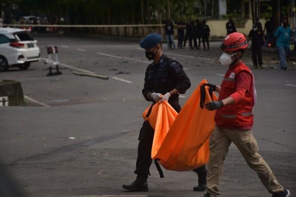antarafoto evakuasi jenazah terduga pelaku bom bunuh diri di makassar 280321 ia ap 2