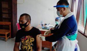 salah satu anggota TNI divaksin