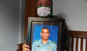 keluarga menunjukkan foto kapten laut e yohanes heri di kabupaten magelang senin 2642021 43