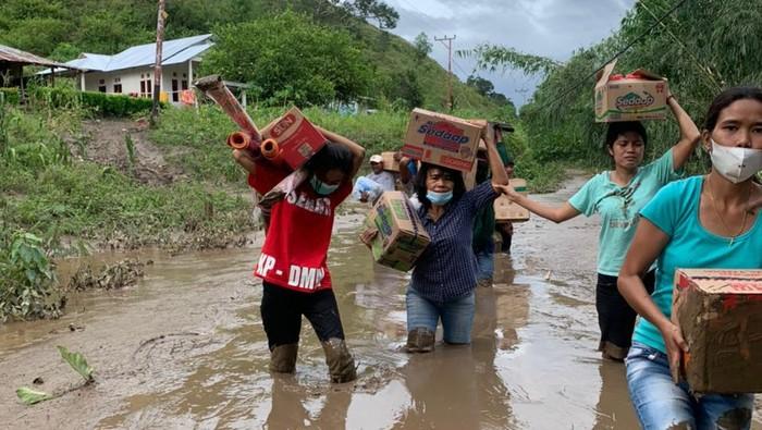 potret istri bupati sumba timur merliaty praing simanjuntak kemeja biru memberikan bantuan ke desa kiritana kecamatan kambera 1 169