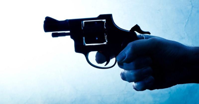 831 ilustrasi dokter ancam petugas dengan pistol mainan