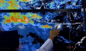 ilustrasi petugas menunjukkan citra satelit himawari di ba pogc