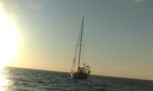 kapal milik warga australia mr kieren taylor terapung berhari hari di lautan usai dihempas badai kapal tersebut akhirnya terda 43